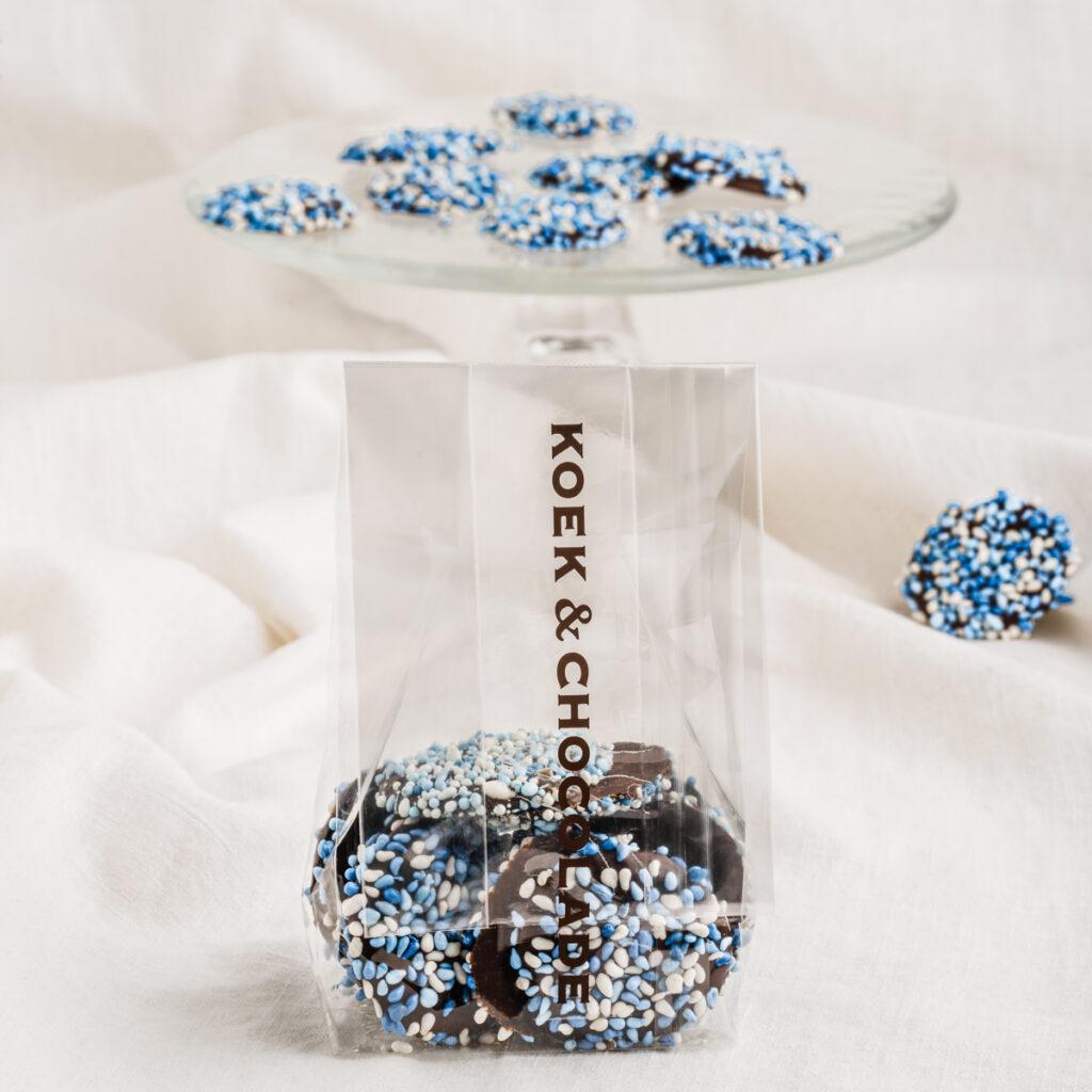 Anijsmuisjes blauw-wit op een rondje pure chocolade
